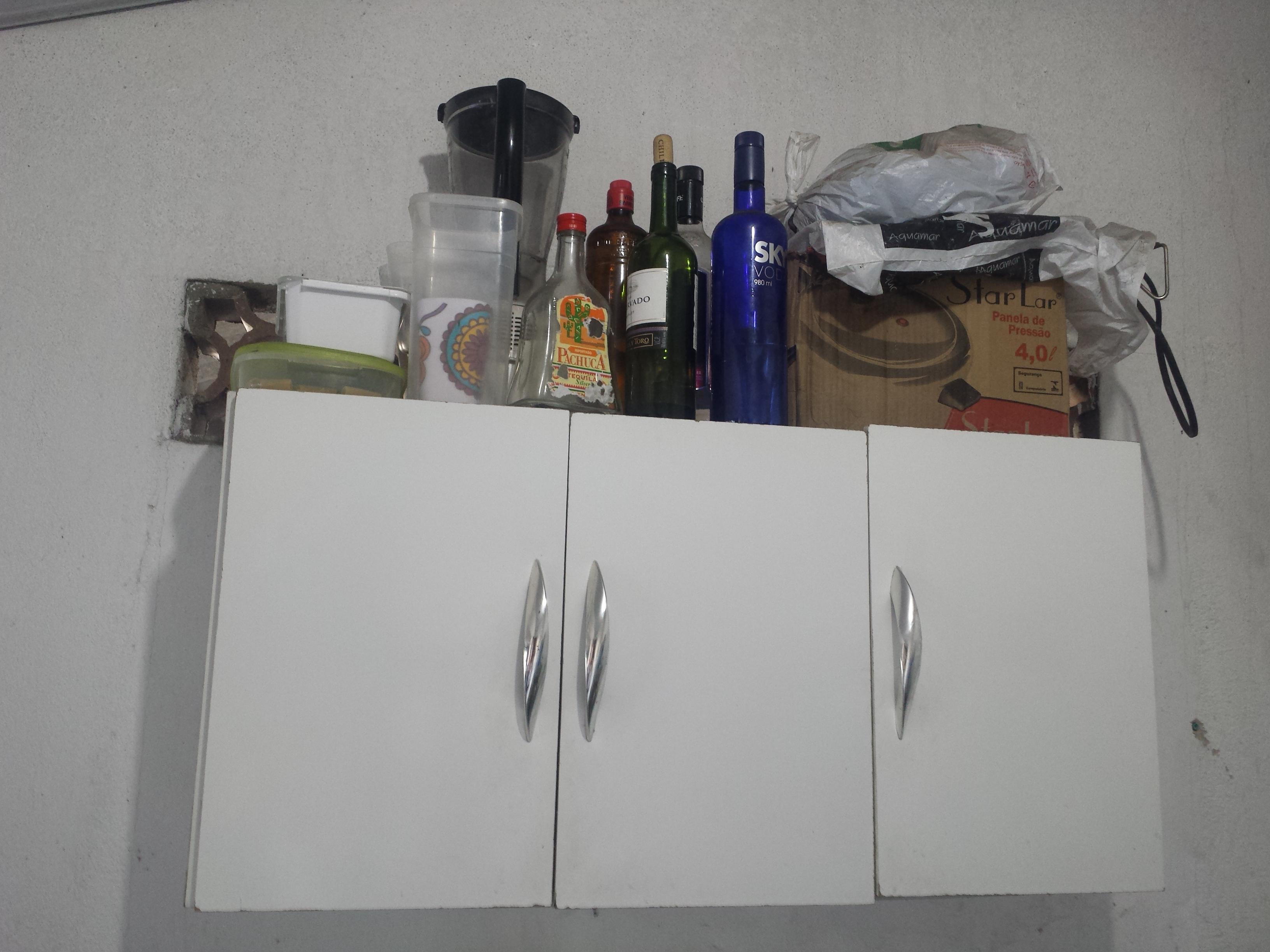 Era uma vez um armário de cozinha . Ele vivia empoeirado e triste. Um  #303264 3264 2448